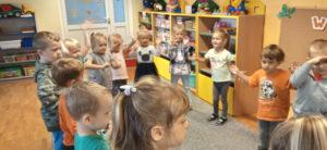dzieci podczas zabawy Biedronki