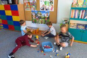 dzieci podczas zabawy w sali